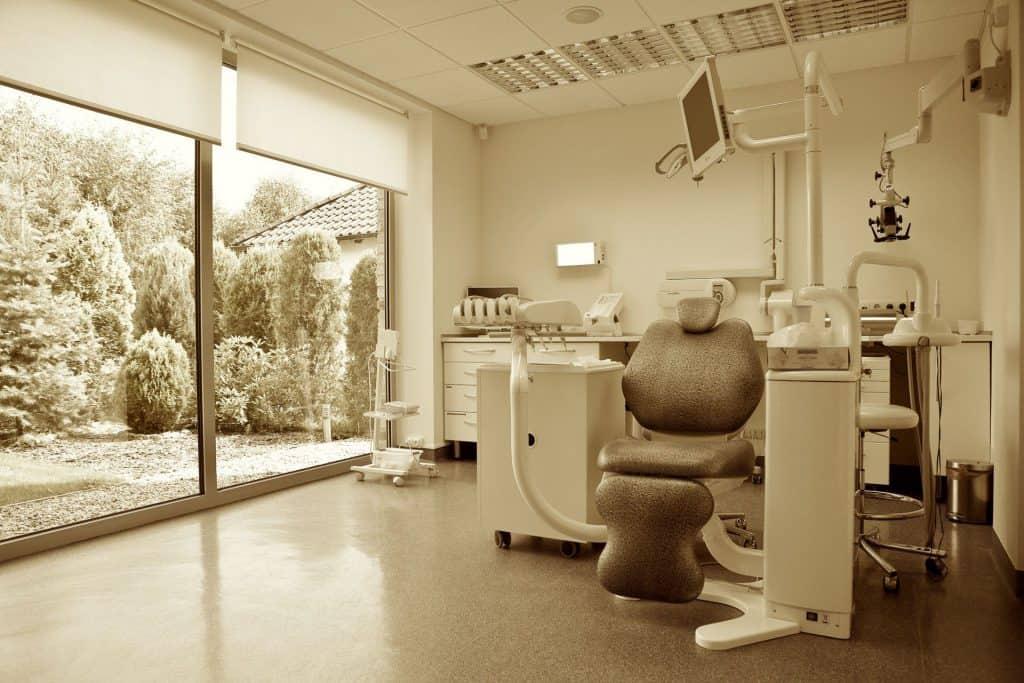 nowoczesne-wnetrze-gabinetu-stomatologicznego-kliniki-stomatologicznej-w-poznaniu-z-widokiem-na-ogrod